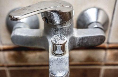 Tips for å fjerne mineralforekomster på badet
