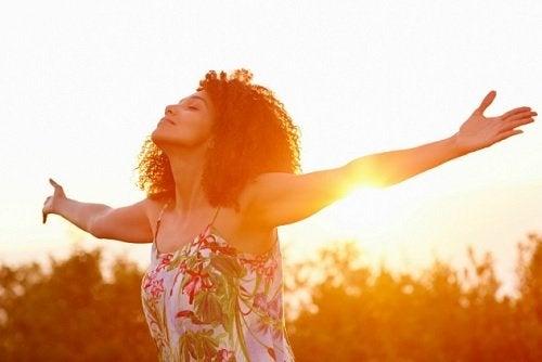 Fri kvinne i solnedgang