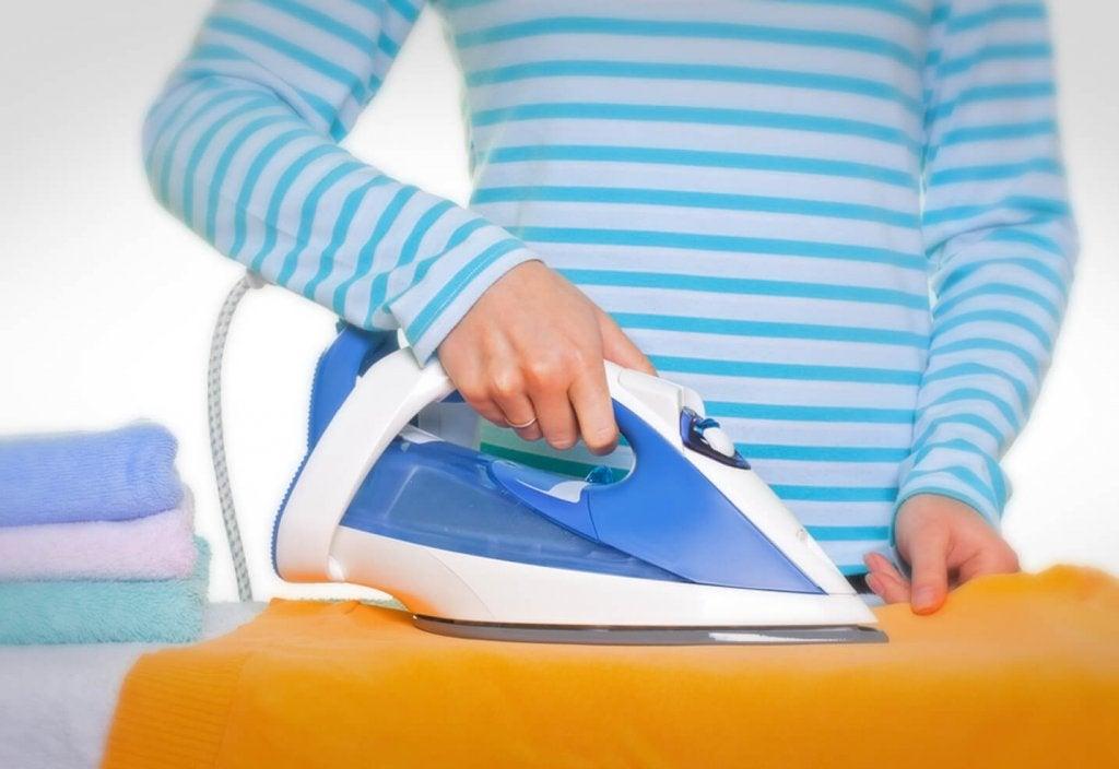 Hvordan kan du rengjøre strykejernet når det kleber?