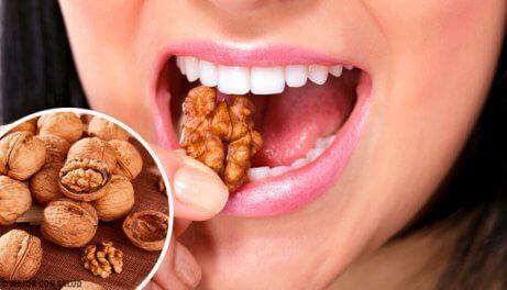 Kvinne spiser nøtter