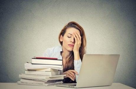 Utmattet kvinne på jobb