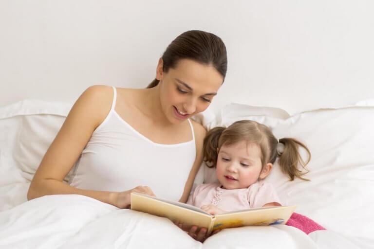 Mor og barn leser i sengen