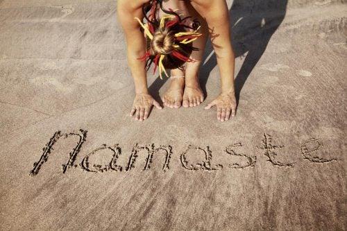 Namaste i sanden