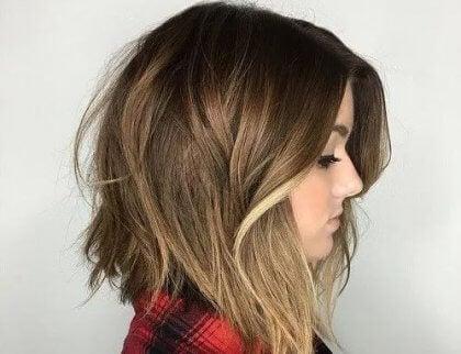 Kvinne med ny hårklipp