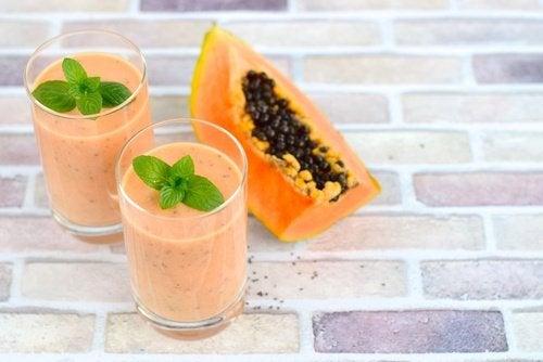 Smoothie med papaya, appelsin og jordbær