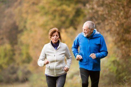 Mann og kvinne går tur utendørs