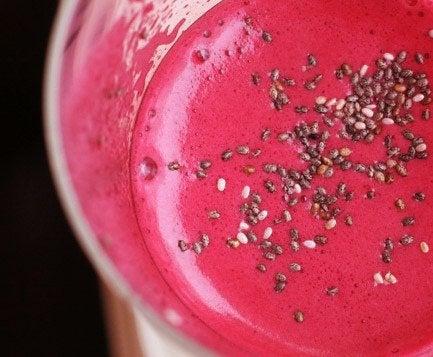 Rød smoothie med frø
