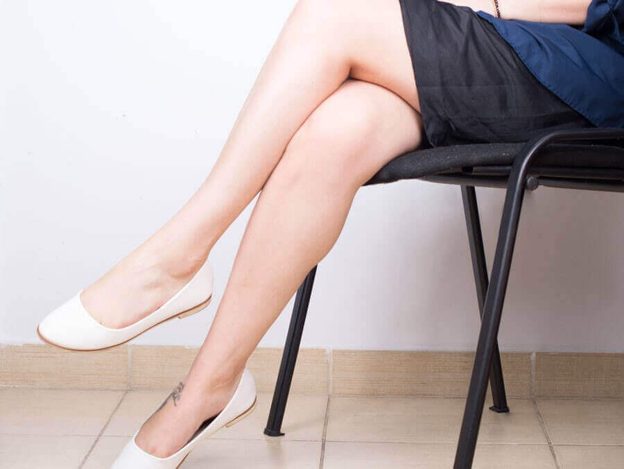 Kvinne sitter