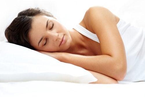 Seks naturlige drikker for å sove bedre