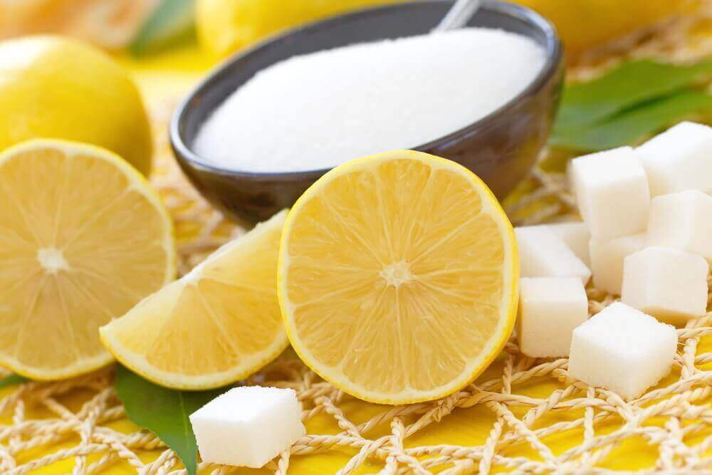 Eksfolier huden din med sitron og sukker