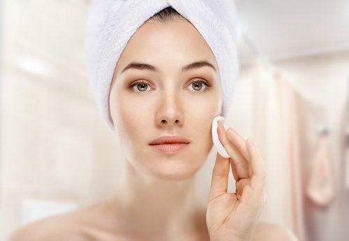 Kvinne rengjør ansiktet