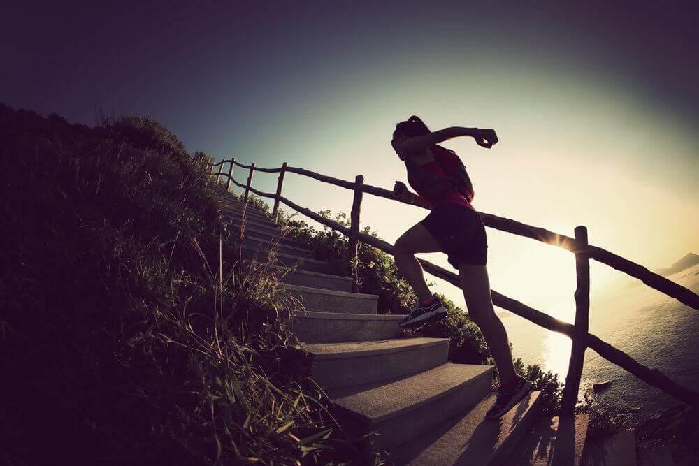 Kvinne løper opp trapp