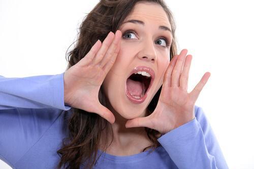 Kvinne med åpen munn