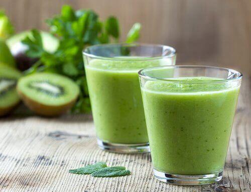 Kiwi-, spinat- og salatjuice