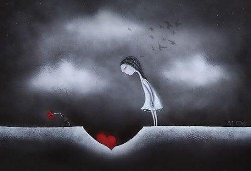Jente ser på et hjerte i et hull i bakken
