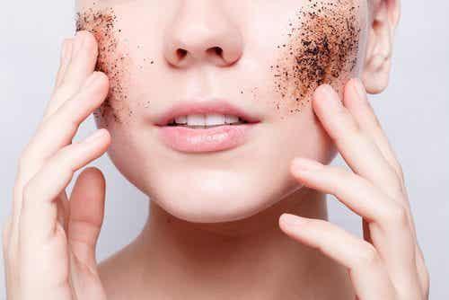 Lær å eksfoliere huden din med hjemmelagde produkter