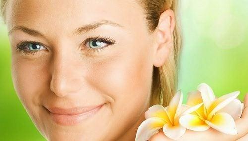 Fire urter du kan bruke i te for å oppnå yngre hud