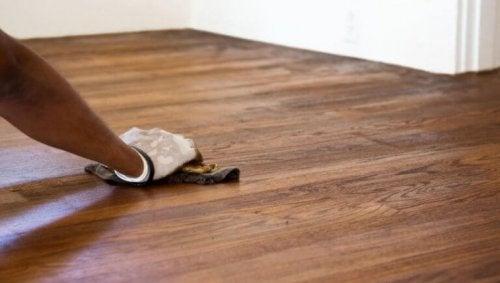 Råd for å enkelt fjerne riper i gulvet