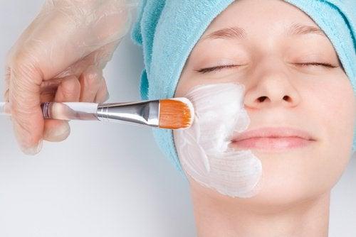 Ni tips til å naturlig få ung hud med roser i kinnene