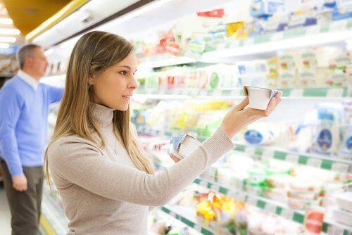 Kvinne sjekker ingredienser