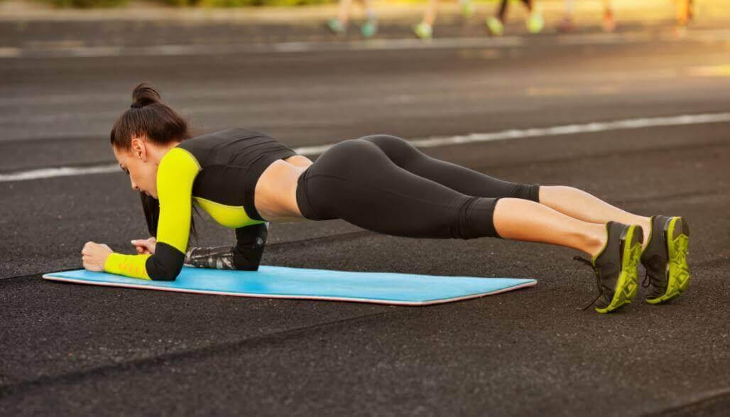 Kvinne gjør planken