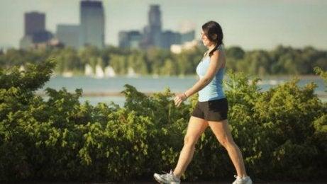 Kvinne går for å redusere nakkesmerter