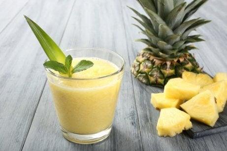 Slik kan du bekjempe migrener naturlig med deilige smoothier - Ananassmoothie
