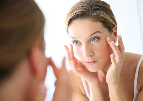 Kvinne gjør ansiktsøvelser