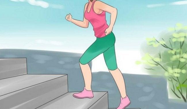 Kvinne bruker trappen
