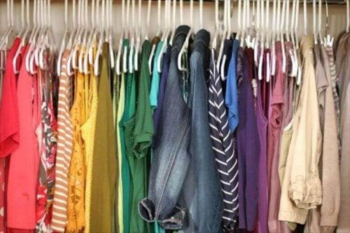 Fargerike klær