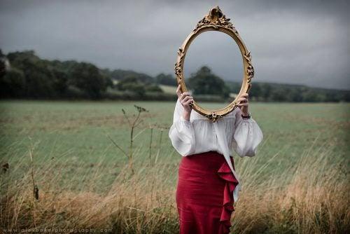 Kvinne bak speil