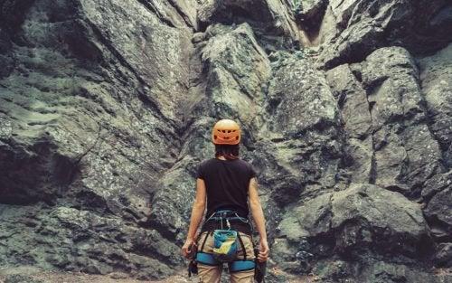 Kvinne klatrer i fjellet