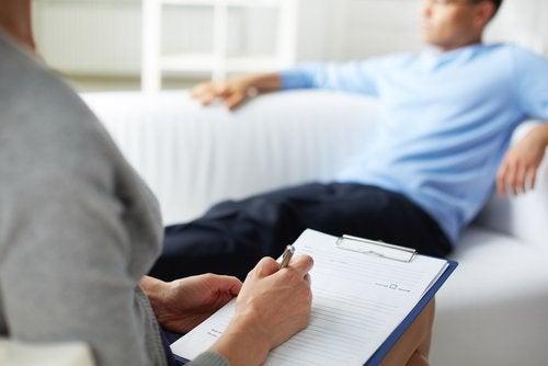 Mann hos terapeut