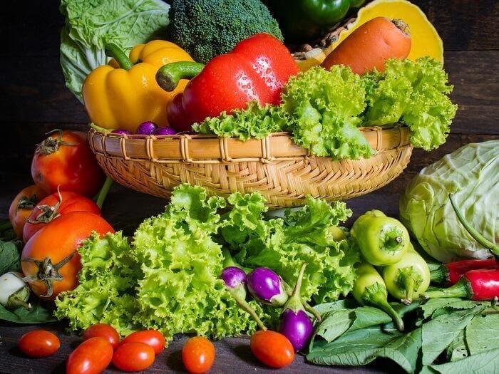 Kurv med frukt og grønt