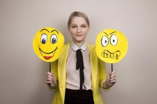 Kvinne med plakater som viser følelser