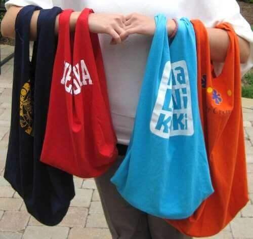 Handleposer av gamle t-skjorter