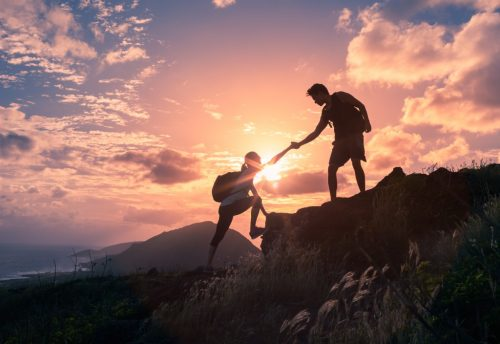 Par klatrer i fjellet