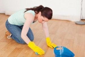 Kvinne rengjør gulv