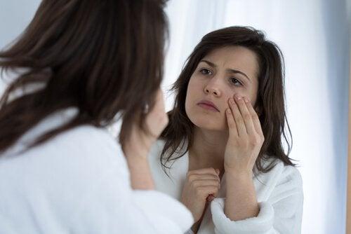 Kvinne ser i speilet