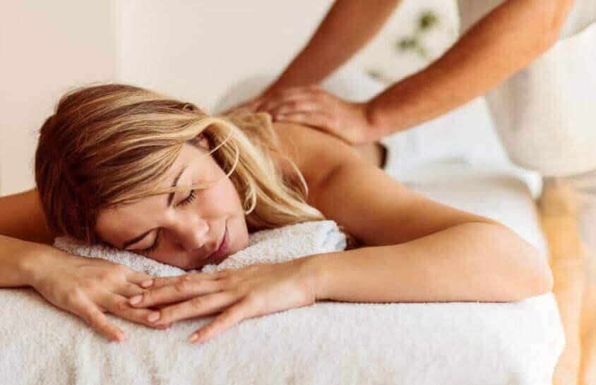 Kvinne får massasje