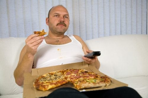 Mann spiser pizza
