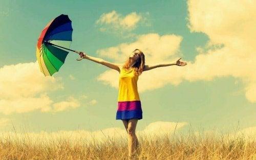 Kvinne med fargerike klær og paraply
