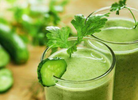 Salat-, agurk- og eplesmoothie