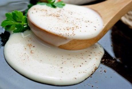 Hvit saus til grønnsaksbrød