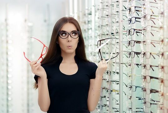 Kvinne velger briller