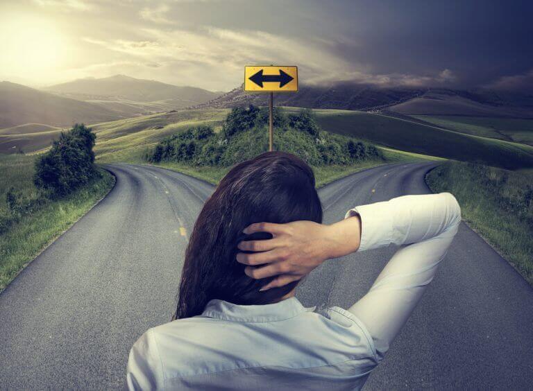 Kvinne lurer på hvilken vei hun skal ta