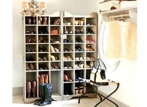 Lær hvordan du lager flotte skohyller hjemme