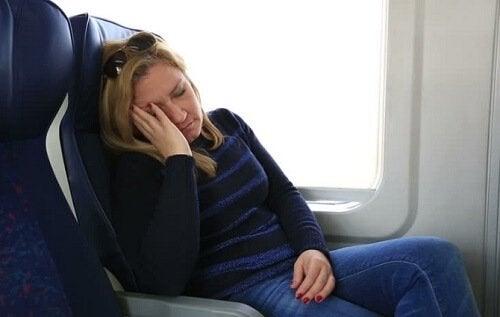 Kvinne sover på toget