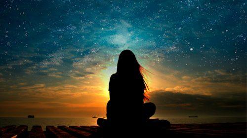 Kvinne ser på nattehimmelen