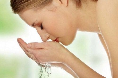 Kvinne vasker ansiktet